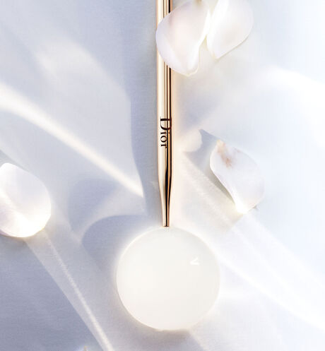 Dior - Dior Prestige Light-in-White The uv protector youth and light - sheer glow spf 50+ pa+++ - 2 Open gallery