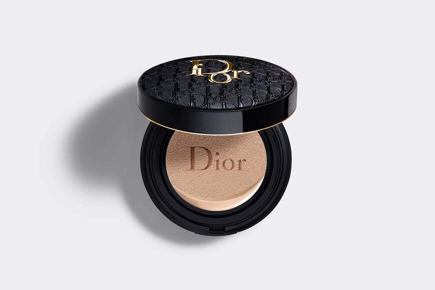 Dior - Dior Forever Skin Glow Cushion - Diormania Gold gelimiteerde editie Verfrissende foundation - 24u langhoudend resultaat* en hydratatie** - stralende glow finish aria_openGallery